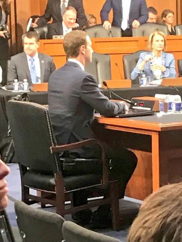 Цукерберг сидит на дополнительной подушке
