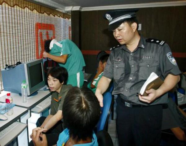 Китаянку нашли полицейские. проверяя интернет-кафе