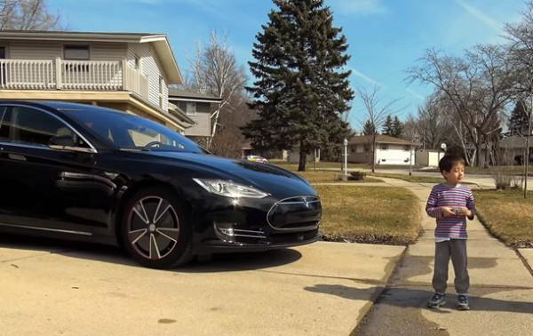 На видео проверили, наедет ли беспилотный Tesla на ребенка
