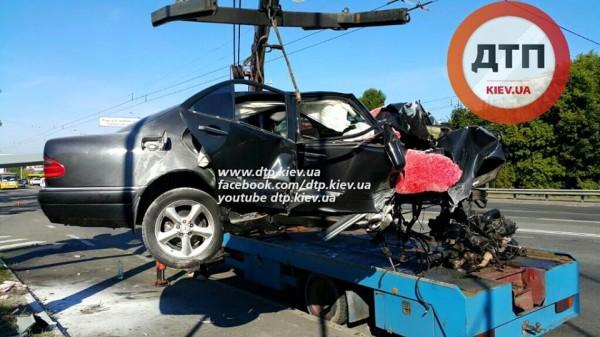 В Киеве на заправке разбился Mercedes