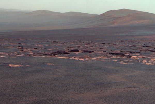 Часть западного борта кратера Индевор. При подготовке фотографии использовались данные с трех фильтров, настроенных на излучение с длиной волны в 753, 535 и 432 нм.