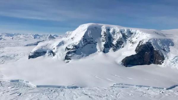Несмотря на толстый ледяной покров, Антарктида технически представляет собой пустыню