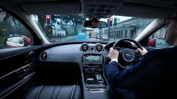 Дисплей отмечает важные ситуации на дороге