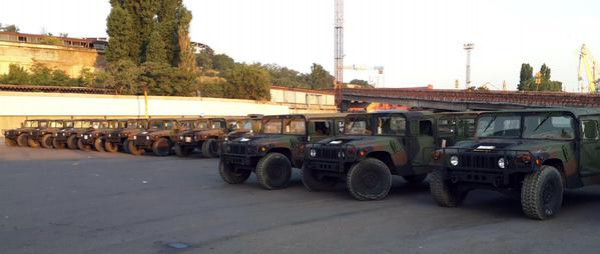 100 военных Humvee