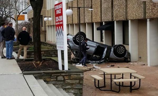 Кроссовер Audi рухнул с четвертого этажа