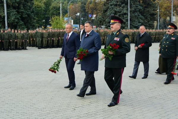 В центре министр МВД Арсен Аваков