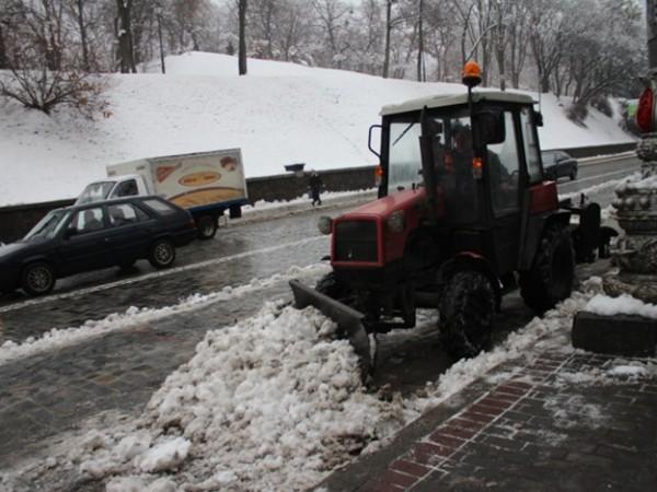 Снег в Киеве убирают
