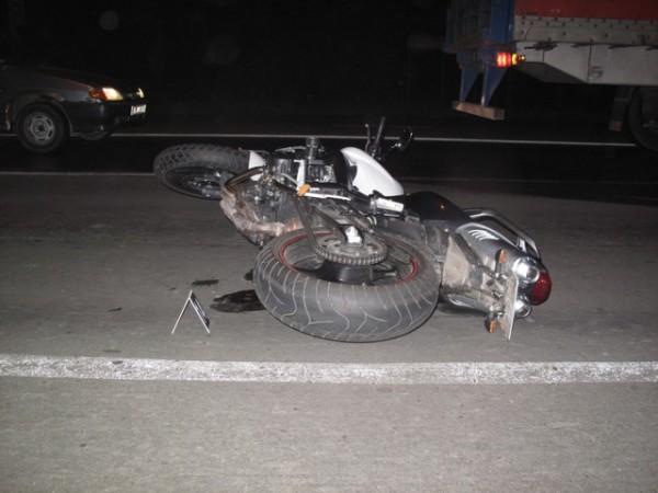 Мотоциклист упал непосредственно перед машиной