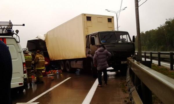 Автобус врезался в стоявший грузовик
