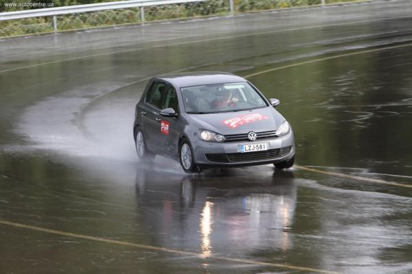 У автомобиля повышается риск аквапланирования