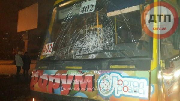 У автобуса разбито лобовое стекло