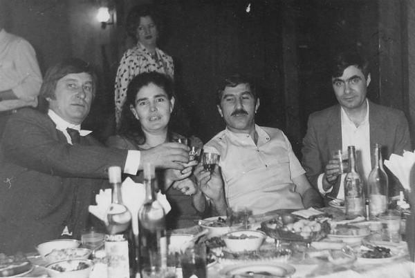 Еще один снимок советского застолья. Лица полные счастья