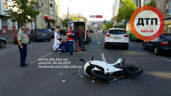 Мотоциклистка попала в аварию в Киеве