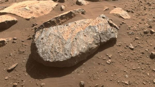 Крупный план скалы Марса по прозвищу Рошетт, которую научная группа Perseverance изучит, чтобы определить, брать ли из нее образец керна