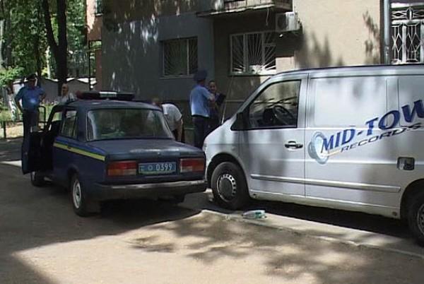 Mercedes нарушителя заблокировали служебными авто