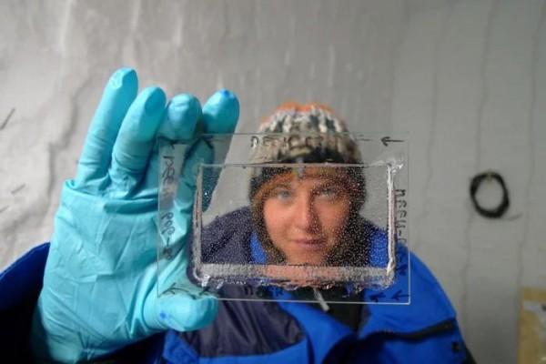 Автор исследования Эмили Капрон с тонким отполированным кусочком льда