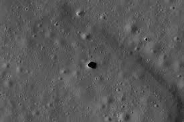 Дыры, ведущие в подземные пещеры, достигают десятков метров в диаметре