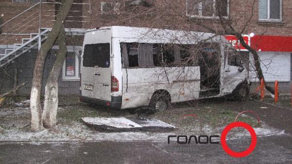 Двоих пассажиров маршрутки и водителя Ланоса госпитализировала скорая