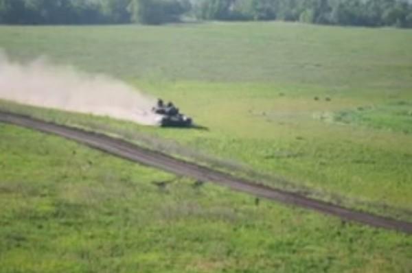 Еще Т-72 прекрасно поднимает пыль