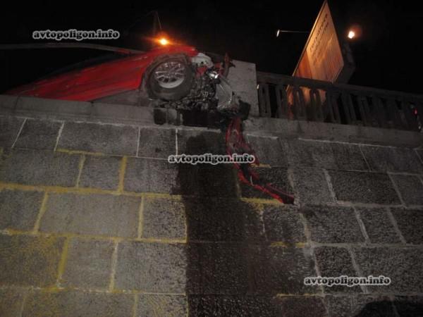 Ночью 2 ноября на Набережном шоссе в Киеве разбилась Мазда. Если не бетонный блок и стоявший рядом микроавтобус, легковушка бы упала в реку.