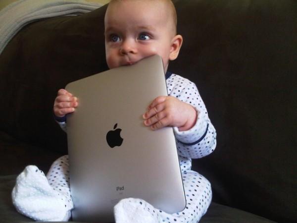 Дети до года уже вовсю пользуются планшетами