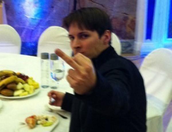 Дуров напомнил про свое фото со средним пальцем