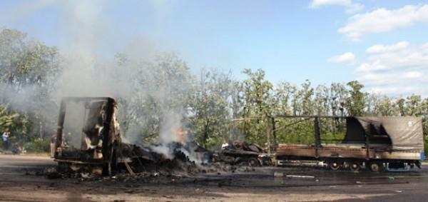 После аварии фуры загорелись