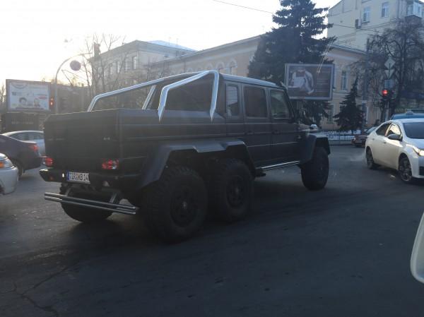 Mercedes-Benz G63 6Х6 AMG на улице Владимирской в Киеве