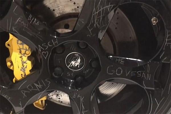 ВДании донеузнаваемости расцарапан суперкар Lamborghini стоимостью $170 тыс. 100