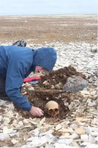 Соавтор исследования Дуглас Стентон раскапывает останки другого исследователя, найденного вместе с останками Джона Грегори, но личность которого еще не установлена