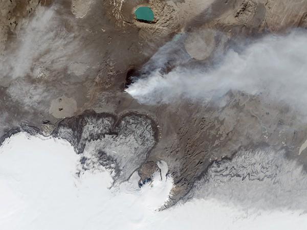 Выбросы лавы и газа при извержении исландского вулкана Баурдарбунга.