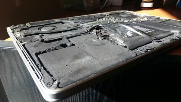 Изнутри MacBook покрыт сажей и пахнет горелым пластиком