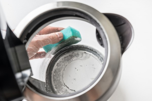Очищаем накипь в чайнике вручную