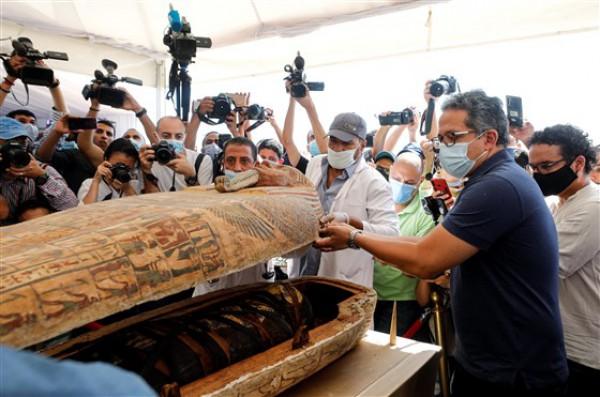 Саркофаг возрастом около 2600 лет на недавно обнаруженном захоронении недалеко от египетского некрополя Саккара в Гизе, Египет, в субботу