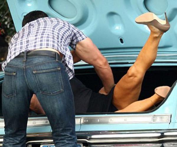 Парень поссорился с девушкой, побил ее и усадил в багажник