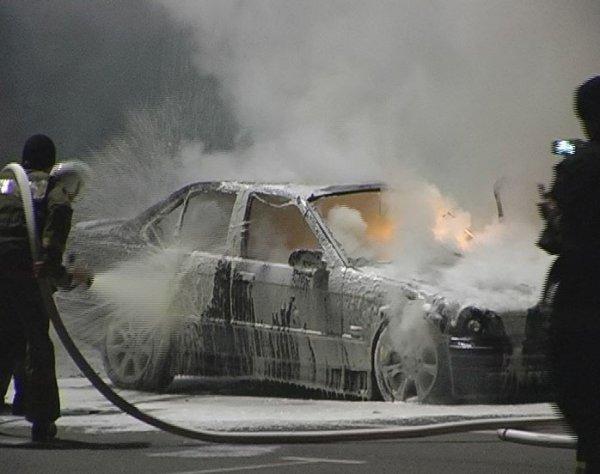 BMW загорелся, когда люди в салоне слушали музыку