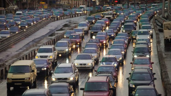 Пока что еще много водителей ездят днем без фар