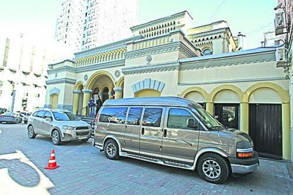 Моше Асман пользуется микроавтобусом Chevrolet Express
