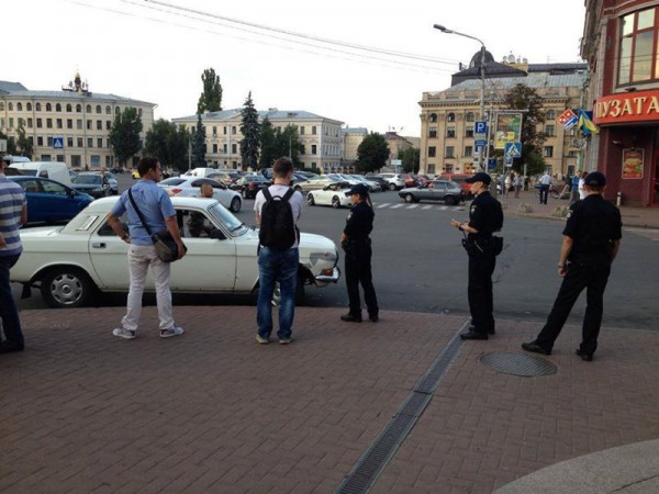 Полицейские борются с таксистом