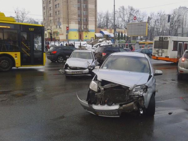 Разбитые машины перегородили бульвар.