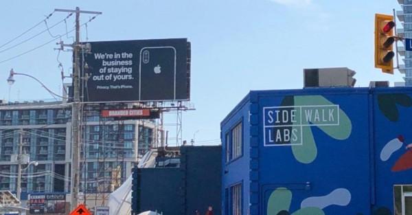 Apple троллит Google