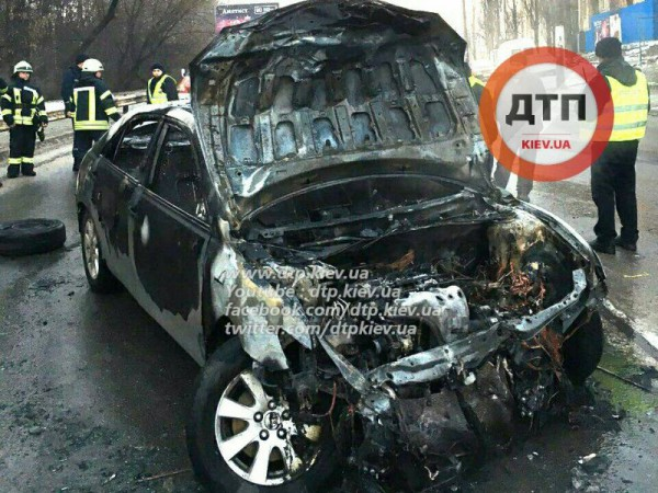 Toyota сгорела в Киеве