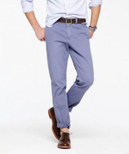 Красно-коричневые. Твиловые брюки насыщенного цвета от фирмы Gap. Наверное, нет такого мужчины, которому они бы не подошли. Цена – $59,95.
