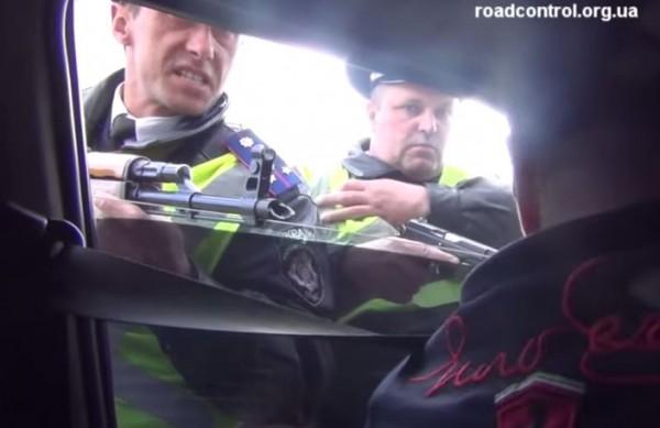 У водителя было оружие, но он не хотел выходить из машины