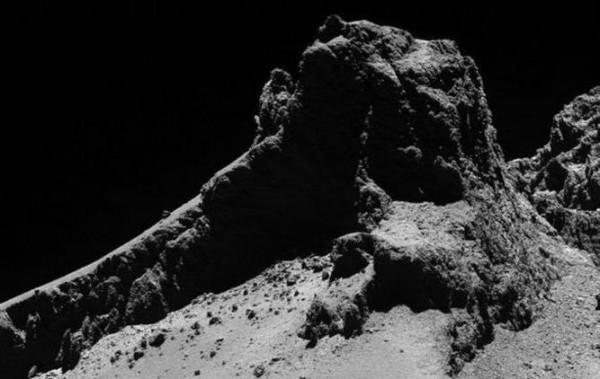 Поверхность кометы имеет рыхлую структуру со множеством неровностей