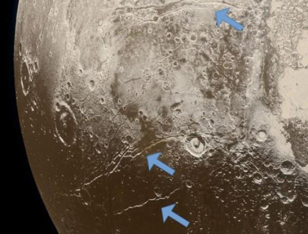 Стрелками отмечены места разломов на поверхности Плутона, которые указывают на расширение его коры, что, по мнению ученых, связано с замерзанием подземного океана.