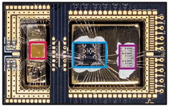 Чип Крыжовник (красный) рядом с тестовым чипом кубита (синий) и чип резонатора (фиолетовый)