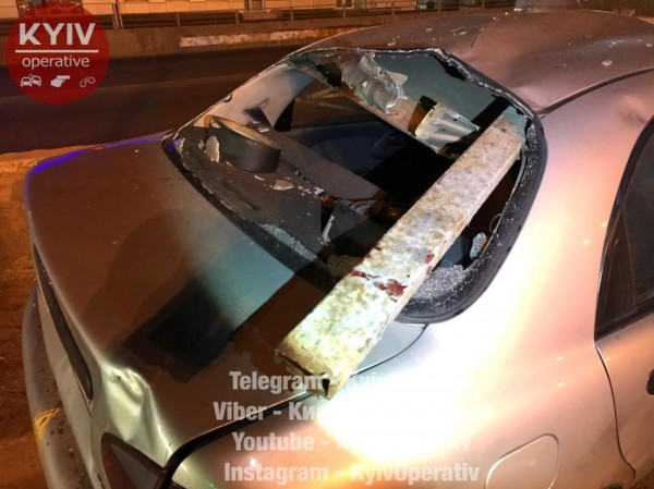 Таксист врезался в отбойник