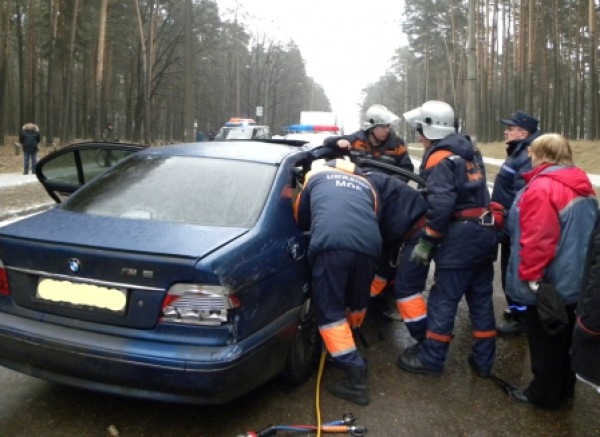 Спасатели вытаскивают пассажиров БМВ