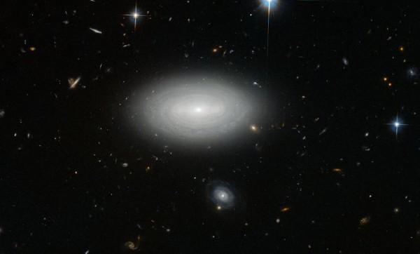 Изображение одинокой галактики